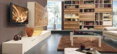 Móveis neutros com cores nas paredes e chão